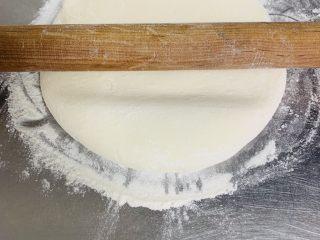 芝麻烧饼,取出面团擀成长方形的面皮。擀好的饼皮厚度0.5厘米。