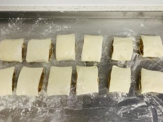 芝麻烧饼,平均分成12个小剂子