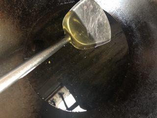 返沙芋头(低糖版),锅内放适量油,用来炸芋头