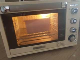 酸奶土司,12、烤箱启动发酵功能,温度38度,将面团放进去发酵。