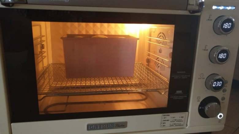 酸奶土司,14、烤箱下层180度,烘烤35分钟左右即可,中途上色后及时加盖锡纸。