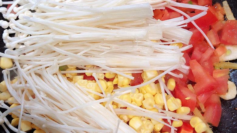 西红柿面疙瘩,再加入金针菇、玉米粒翻炒均匀。