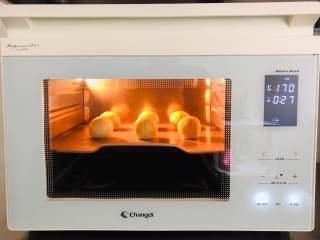 板栗饼,烤箱温度170度,中层烘烤30分钟左右即可。