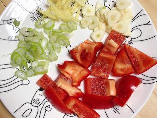 杏鲍菇炒肉片,食材切好待用。