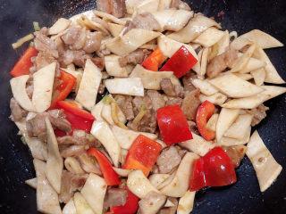 杏鲍菇炒肉片,关火可以出锅了。