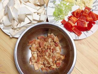 杏鲍菇炒肉片,五花肉腌制5-10分钟即可。