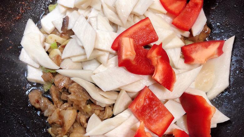 杏鲍菇炒肉片,再加入杏鲍菇和红椒,翻炒均匀。