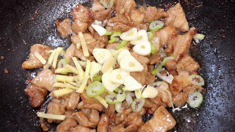 杏鲍菇炒肉片,加入葱姜蒜爆香。