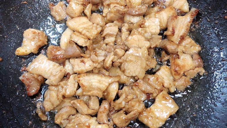 杏鲍菇炒肉片,五花肉翻炒均匀,因为有淀粉的缘故,会粘一些锅底,多翻炒避免糊底。