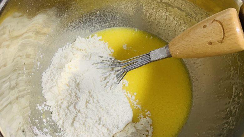 苹果千层蛋糕,将过好筛的粉倒入蛋液中
