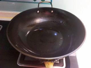 香辣萝卜干,炒锅烧热后加入玉米油