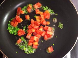 西红柿面疙瘩,加入西红柿,翻炒2分钟