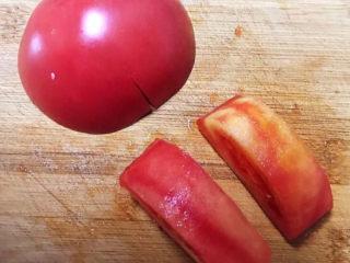 西红柿面疙瘩,把西红柿清洗干净后削皮