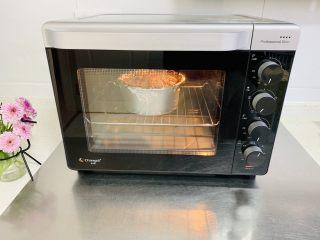 苹果千层蛋糕,烤箱提前预热,烤网放入烤箱下层,上下火180度,烤50分钟。