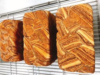 醇香巧克力吐司,焙烤:家用平炉,上火185度,下火160度,烤40分钟左右。放架子上晾凉。