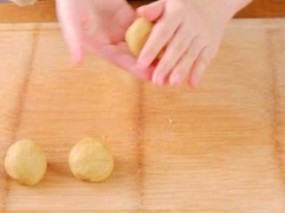 板栗饼,晾凉后,将板栗泥揉搓成圆形的小球后备用