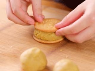 板栗饼,包板栗馅的饼皮,有两种选择,一种是用圆形的饼干,取两片饼干,把板栗馅料夹在中间
