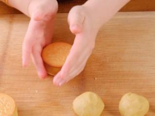 板栗饼,轻轻按压后,用手将溢出的栗子泥沿着饼干边缘推光滑,用饼干做的皮口感更酥松一些