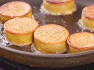 板栗饼,平底锅放入少许油,把板栗饼放入平底锅,中火即可