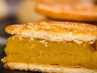 板栗饼,用饼干做的板栗饼,一口咬下去外皮酥的掉渣,板栗馅料软糯香甜,入口即化