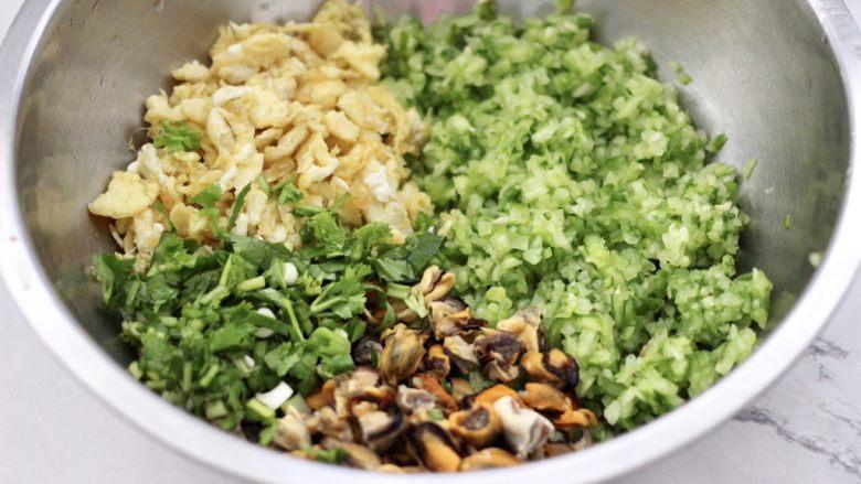黄瓜青口肉鸡蛋饺子,把剁碎的黄瓜放入盆里,加入炒熟的鸡蛋,青口肉和葱姜末。