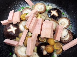 香菇板栗,再加入火腿条,慢慢翻炒,比较炒碎火腿。