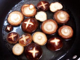 香菇板栗,锅中烧开水,焯一下香菇,捞出待用。