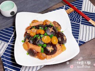 香菇板栗,一盘色香味俱全的香菇板栗就做好了,撒上葱花点缀一下,颜值很能打哟!