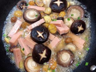 香菇板栗,倒入100ml水,盖盖儿中火焖煮5-8分钟,让蘑菇入味。