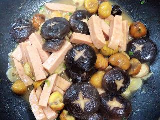 香菇板栗,待香菇入味后,收汁出锅喽!