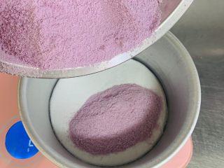 紫薯红枣糕🍰,将过好筛的紫薯粘米粉的一半倒入模具中,这是第一层。
