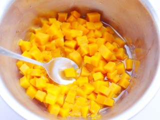 南瓜小橘灯,蒸好的南瓜取出压成泥。