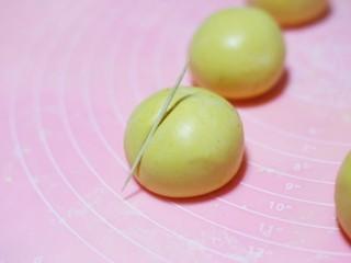 南瓜小橘灯,用牙签压出6边橘褶印。