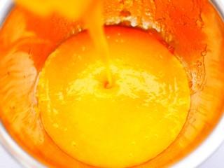 黄金柿子球,倒入大盆中。