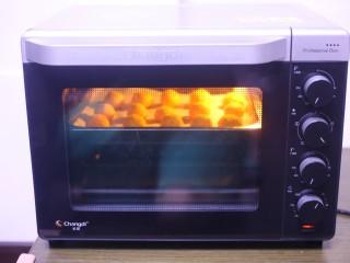 黄金柿子球,推入预热好的烤箱中,中层上下火180度烤15分钟即可。