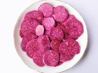紫薯燕麦饼,紫薯去皮切片。
