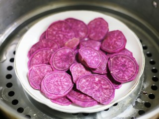 紫薯燕麦饼,上锅大火蒸熟。
