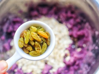 紫薯燕麦饼,加入葡萄干。