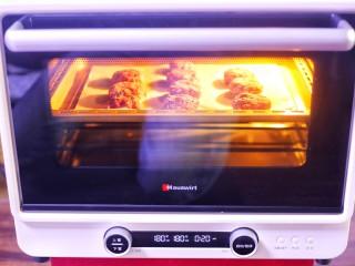 紫薯燕麦饼,推入预热好的烤箱,上下火中层180℃,烤20分钟就好了。