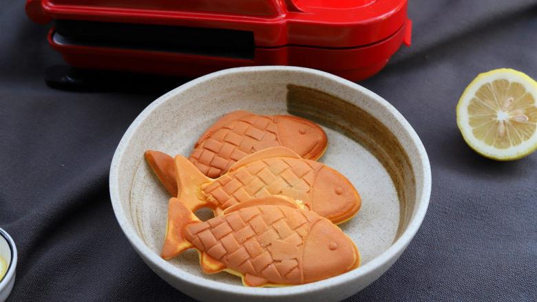 鲷鱼烧,做好的鲷鱼烧取出来,放在烤架上晾凉再取下来放到盘子里,如果直接放到盘子里,刚做好的鲷鱼烧是热的,贴近盘子的一面会被水蒸气打湿。