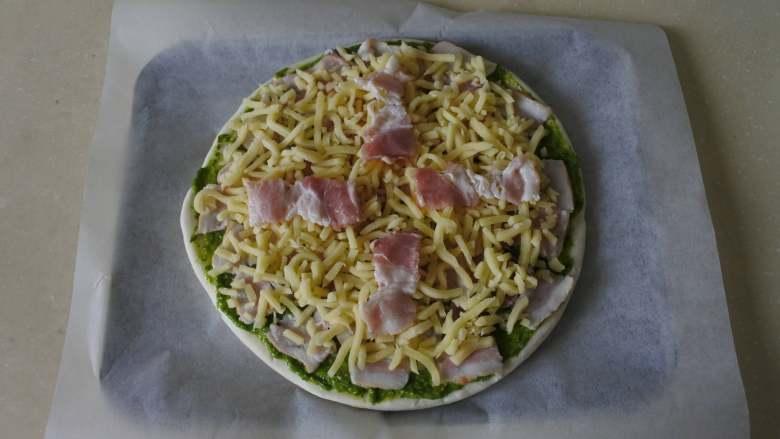 青酱培根披萨,再放上几片培根