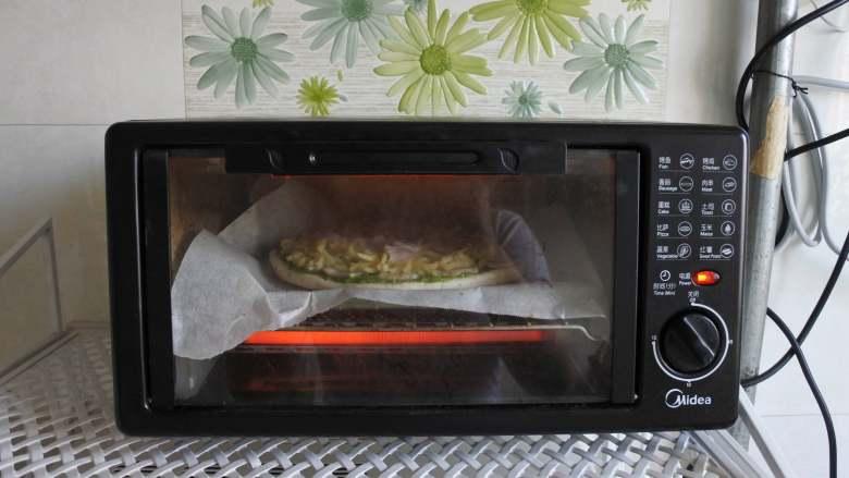 青酱培根披萨,烤箱预热,180度上下火,烤制10分钟