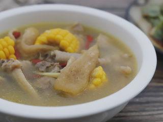 竹荪玉米鸡汤,最后撒入适量的盐调味,加入枸杞翻匀即可。