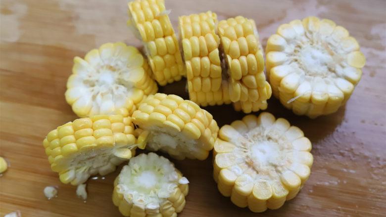 竹荪玉米鸡汤,鸡汤快炖好的时候准备一根<a style='color:red;display:inline-block;' href='/shicai/ 500'>玉米</a>,切成小段。