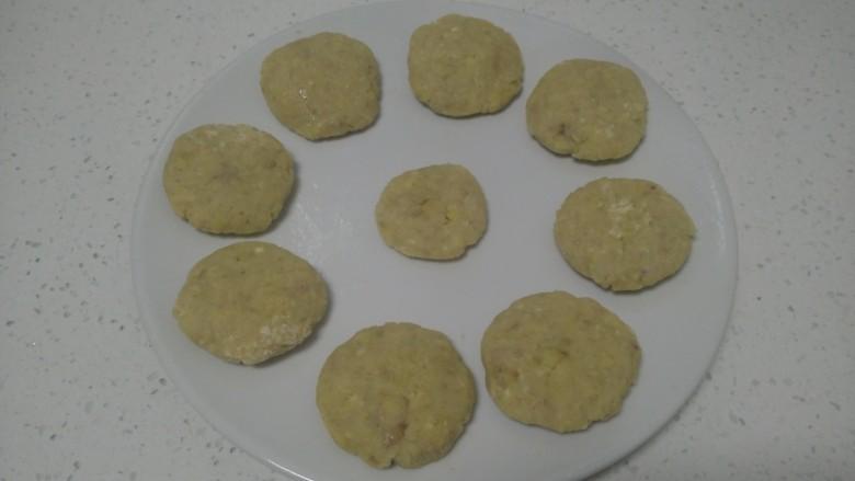 板栗饼,团成大约50克的圆子,再用手压扁