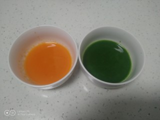皮菜拌双色手擀面,将胡萝卜、皮菜榨汁,分别取出65克