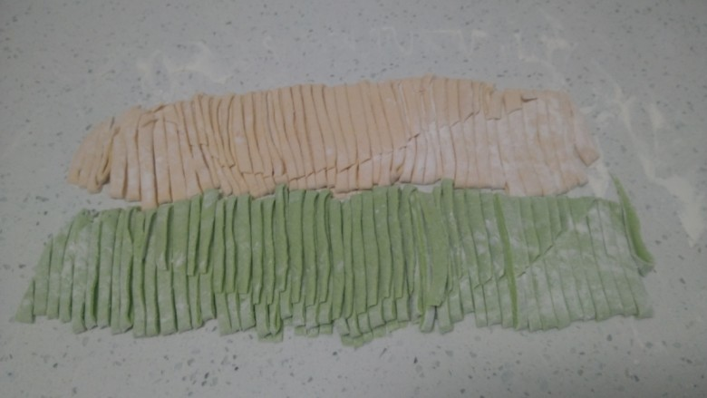 皮菜拌双色手擀面,切成自己喜欢的宽度