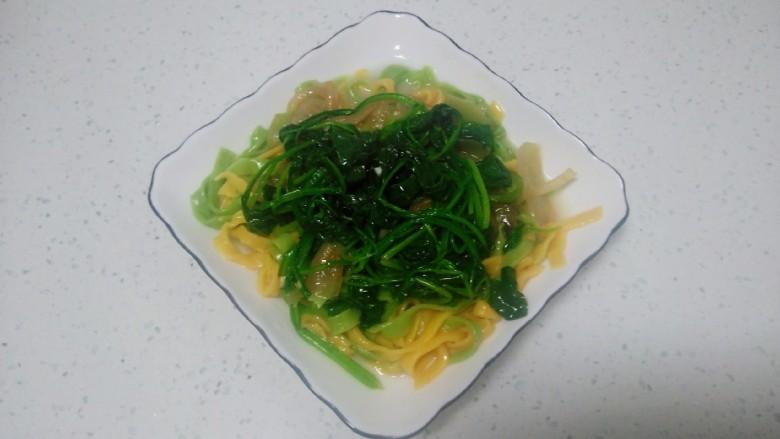 皮菜拌双色手擀面,盖上蒜香皮菜