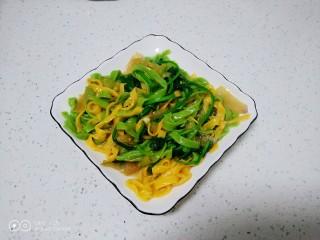 皮菜拌双色手擀面,搅拌均匀