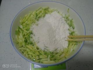 白萝卜、鸡蛋、面包糠丸子,加入面包糠、面粉